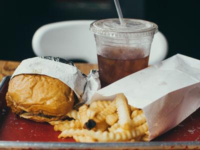 hamburguesa con patatas fritas y coca-cola